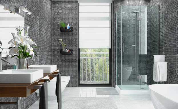 Modernes Badezimmer mit grauen Mosaikfliesen und Blick ins Grüne