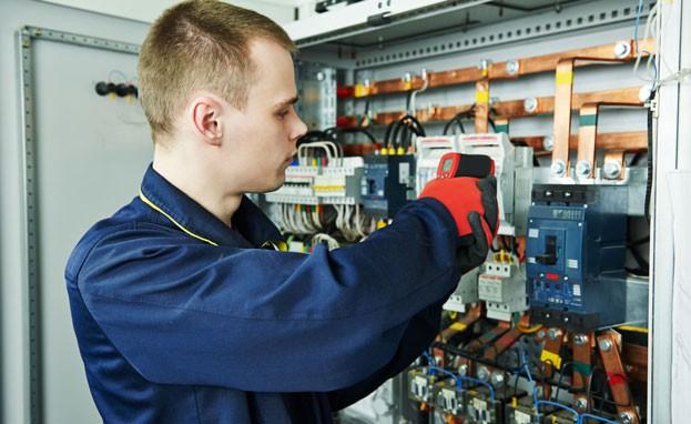Techniker arbeitet an Schaltkasten